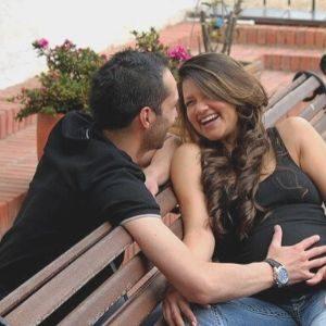 mujer feliz con su sexualidad durante el embarazo