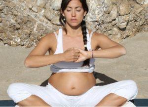 como practicar yoga en el embarazo