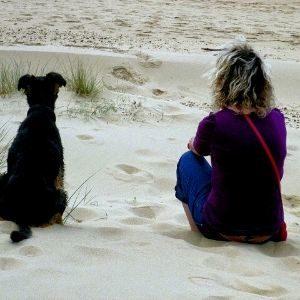 Meditar en la playa, estar relajado