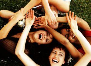 En la risa participan los principales sistemas el muscular, el respiratorio, el nervioso, el cardiaco, el cerebral y el digestivo