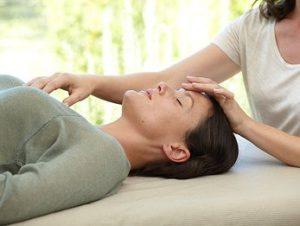 ligeros contactos que el terapeuta hace en distintas partes del cuerpo