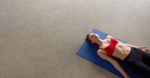 meditar tumbados, más allá de la relajación, un artículo de sanamente.net