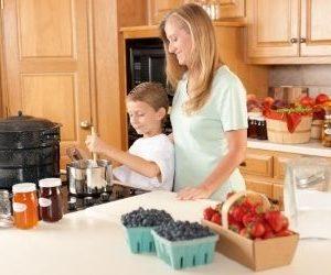 cocinar los alimentos para hacer la conserva