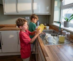 toda la familia ayuda en las tareas de la casa