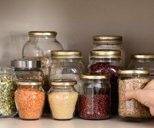 utiliza tarros de cristal para guardar legumbre y cereales, es más sostenible y falicita el orden de tu despensa