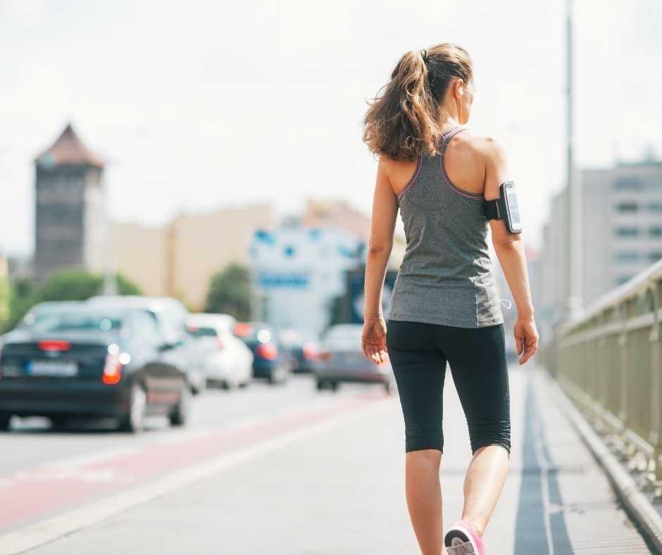 caminar al aire libre por la ciudad