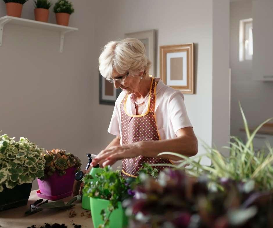 persona mayor realizando tareas cotidianas