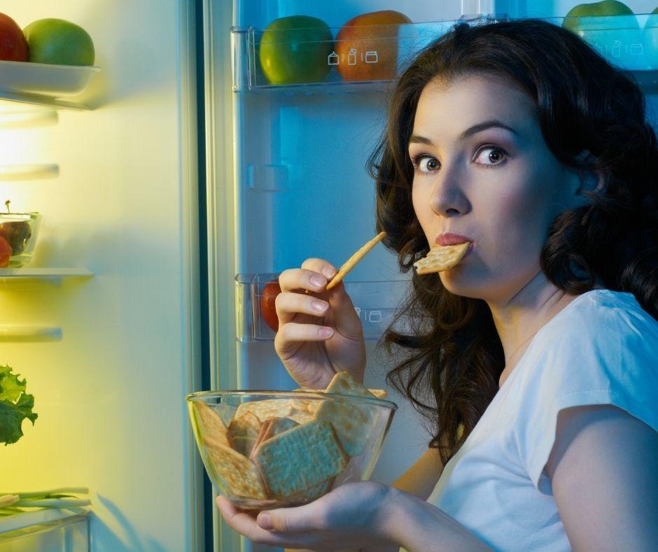 Saltarse comidas hace que ingieras entre horas alimentos poco saludables