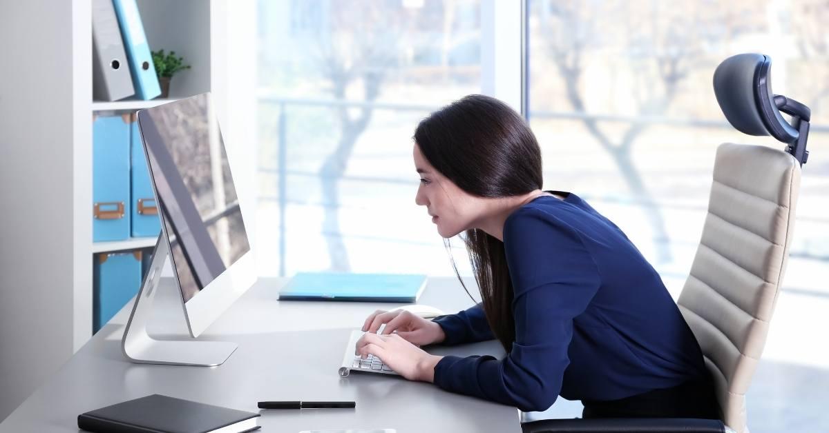 Ejercicio de reeducación postural, o higiene postural, durante el teletrabajo